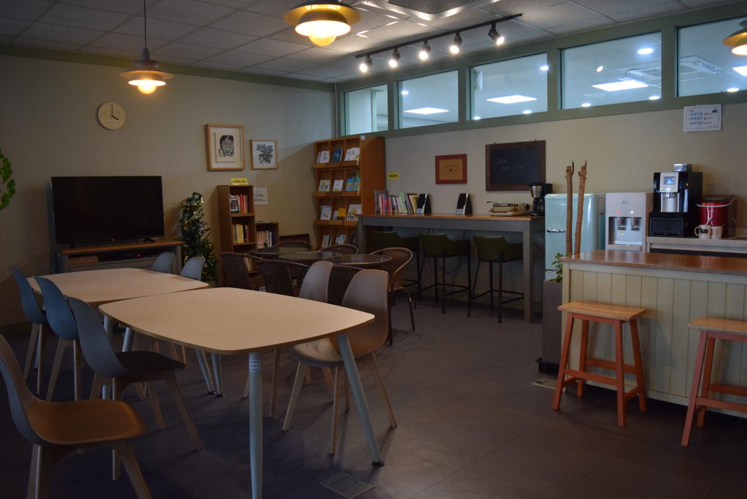 1층 café 만남과 여유  여유와 쉼을 더하는 공간, 보건 카페입니다. 각종 커피와 차, 도서 등이 구비 되어있으며 보건의료노조를  찾아온 누구나 이용할 수 있습니다.
